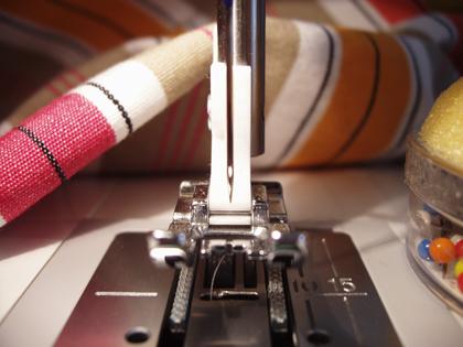 Tyg, nålar och symaskin, Husqvarna Viking.
